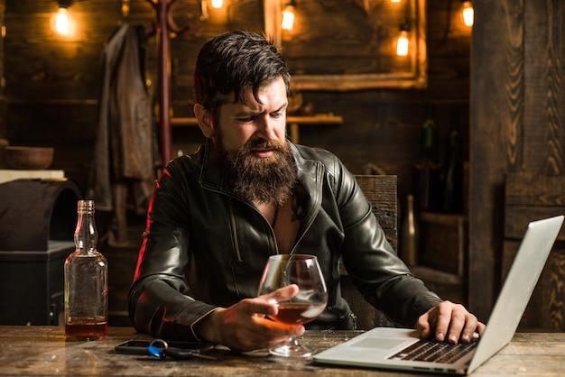 Porträt eines gutaussehenden mannes mit bart. brutalität und männliches konzept. friseursalon, rasieren.macho ist