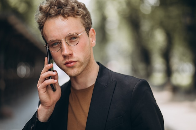 Porträt eines hansome-mannes, der am telefon spricht