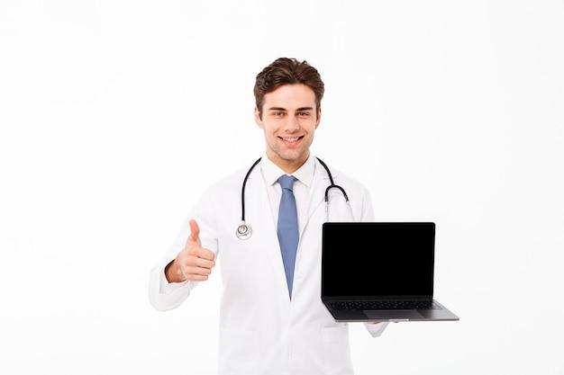 Porträt eines heitren jungen männlichen doktors mit stethoskop