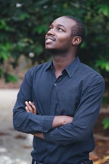 Porträt eines hübschen afrikanischen manndenkens.