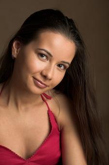 Porträt eines hübschen brunettemädchens mit den schönen lippen und dem haar.
