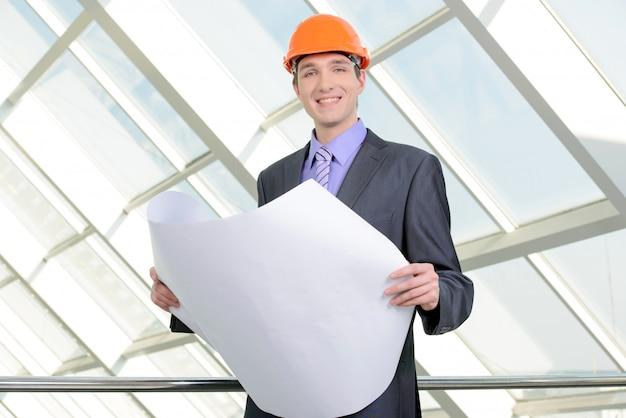 Porträt eines hübschen ingenieurs bei der arbeit.