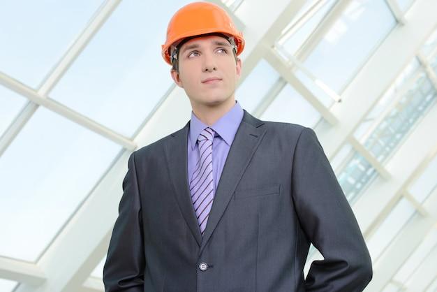 Porträt eines hübschen ingenieurs bei der arbeit