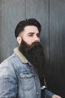 Porträt eines hübschen jungen mannes, der weg schaut