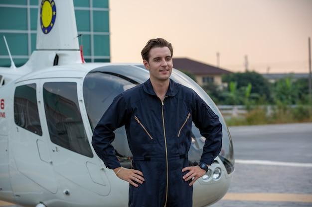Porträt eines hübschen jungen mannes in der einheitlichen geste des technikeringenieurs gegen flughafen
