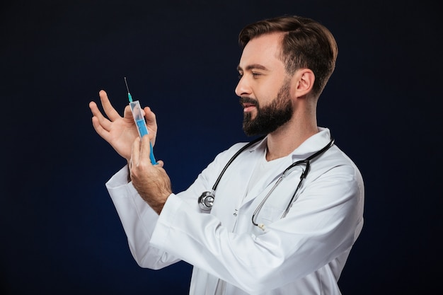 Porträt eines hübschen männlichen doktors kleidete in der uniform an