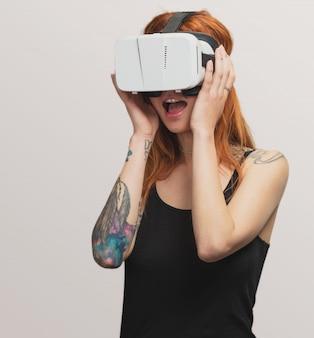Porträt eines hübschen rothaarigemädchens, das gläser der virtuellen realität verwendet
