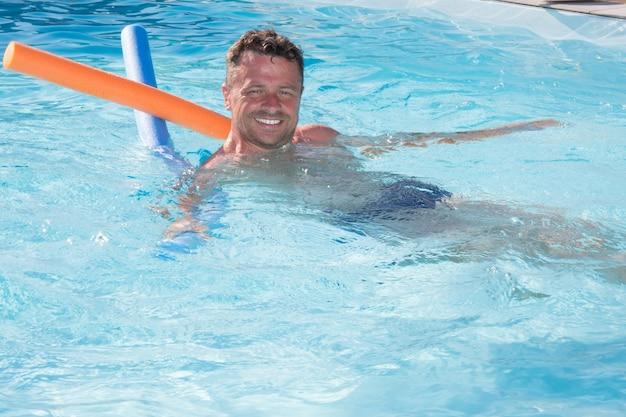 Porträt eines hübschen und glücklichen mittleren gealterten entspannenden mannes