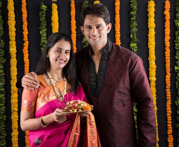 Porträt eines indischen ehepaares in traditioneller kleidung in namaskara oder gebet oder begrüßungspose oder mit puja thali