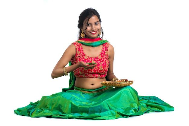 Porträt eines indischen traditionellen mädchens, das diya hält