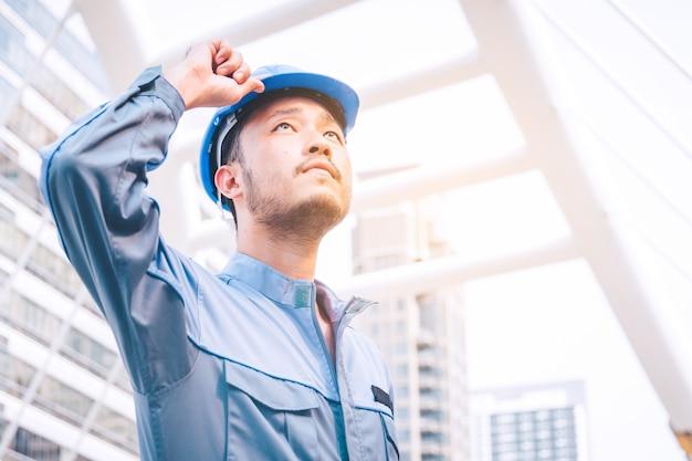 Porträt eines ingenieurs bei der arbeit