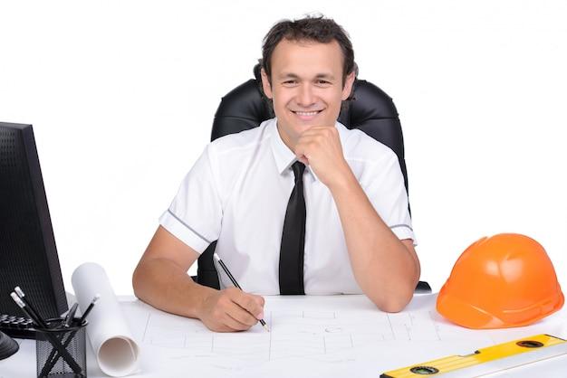 Porträt eines ingenieurs, der einen pc im standortbüro verwendet.