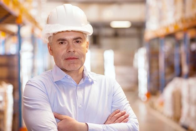 Porträt eines intelligenten seriösen lagerverwalters während der arbeit