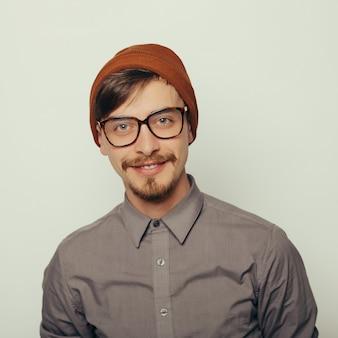 Porträt eines interessanten jungen mannes in der winterkleidung
