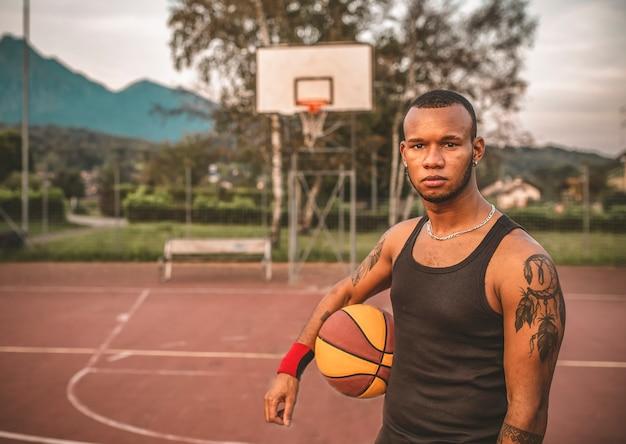 Porträt eines jungen afroamerikanischen basketballspielers