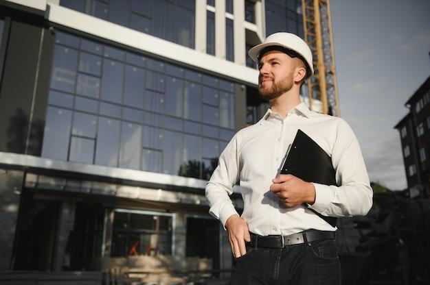 Porträt eines jungen architekten oder ingenieurs auf einer baustelle