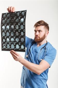 Porträt eines jungen arztes, der einen ct-scan analysiert