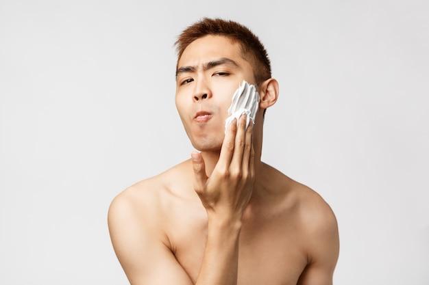 Porträt eines jungen asiatischen mannes, der geste zeigt