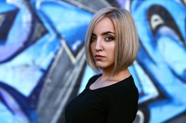 Porträt eines jungen blonden mädchens mit dem kurzen haar