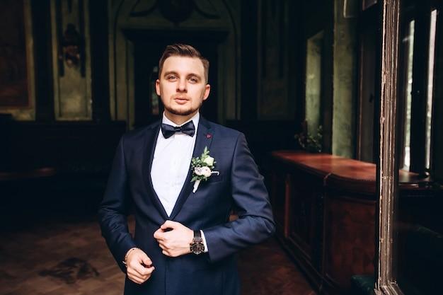 Porträt eines jungen bräutigams, der aufwirft