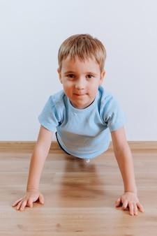 Porträt eines jungen, der plankingübung zu hause macht