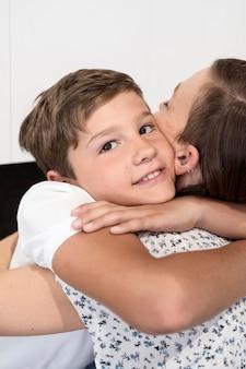 Porträt eines jungen, der seine mutter umarmt