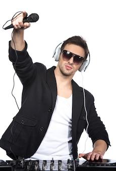 Porträt eines jungen dj, der am mischer steht.