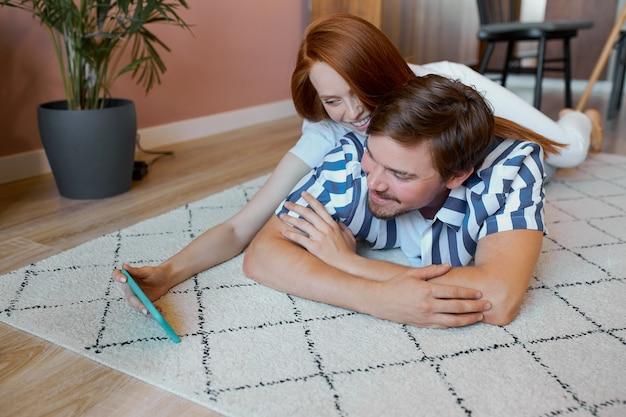 Porträt eines jungen ehepaares, das sich zu hause ausruht