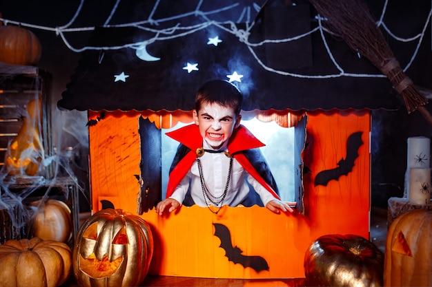 Porträt eines jungen, gekleidet in einem kostüm eines vampirs