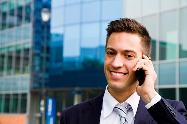 Porträt eines jungen geschäftsmannes, der am telefon spricht