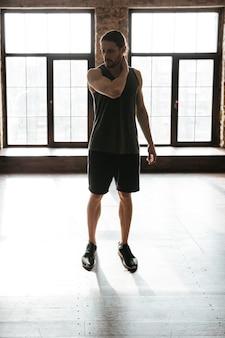 Porträt eines jungen gesunden athletenmannes in voller länge