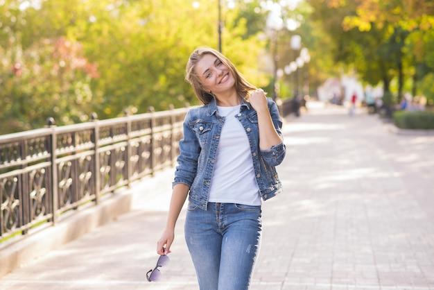 Porträt eines jungen, glücklichen und hübschen blonden mädchens