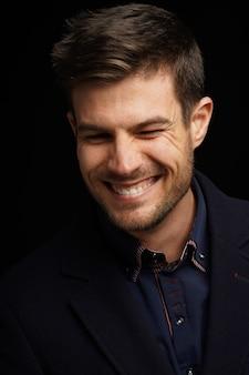 Porträt eines jungen hispanischen mannes in einem formellen outfit mit einem glücklichen gesichtsausdruck
