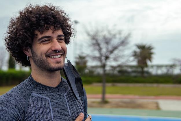 Porträt eines jungen kaukasischen sportlers, der ohne maske lächelt