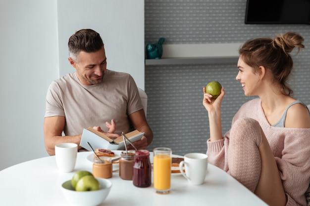 Porträt eines jungen liebevollen paares, das frühstückt