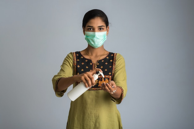 Porträt eines jungen mädchens, das ein desinfektionsgel aus einer flasche zur händereinigung verwendet oder zeigt.