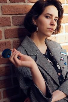 Porträt eines jungen mädchens, das ein stilvolles outfit trägt