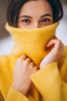 Porträt eines jungen mädchens in einer gelben strickjacke