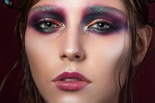 Porträt eines jungen mädchens mit make-up