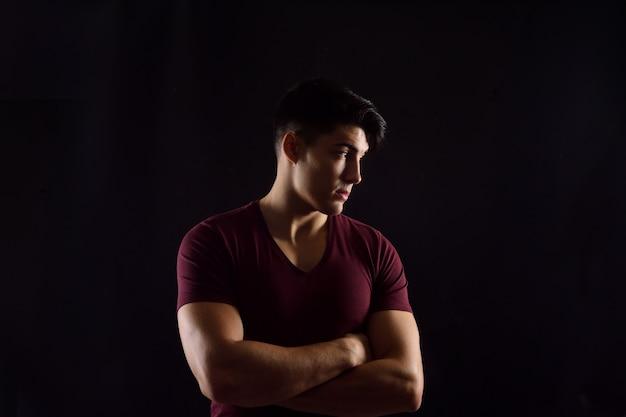 Porträt eines jungen mannes auf schwarzem hintergrund