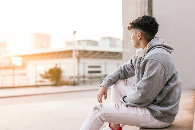 Porträt eines jungen mannes, der den horizont betrachtet