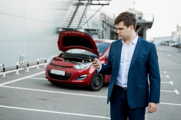 Porträt eines jungen mannes, der den technischen autoservice anruft