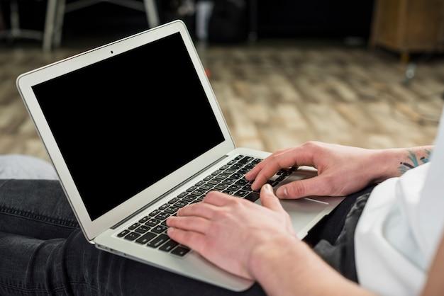 Porträt eines jungen mannes, der digitale tablette verwendet