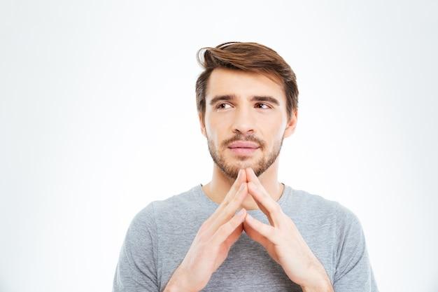 Porträt eines jungen mannes, der isoliert auf weißem hintergrund denkt
