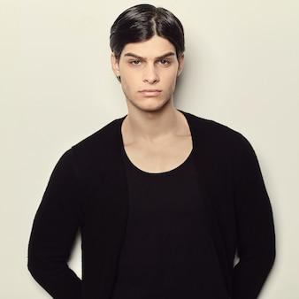 Porträt eines jungen mannes der mode