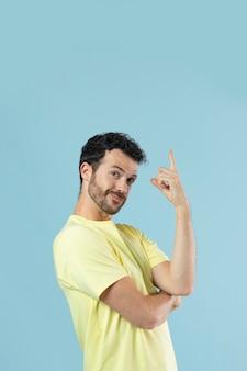 Porträt eines jungen mannes in einem gelben hemd