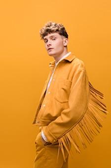 Porträt eines jungen mannes in einer gelben szene
