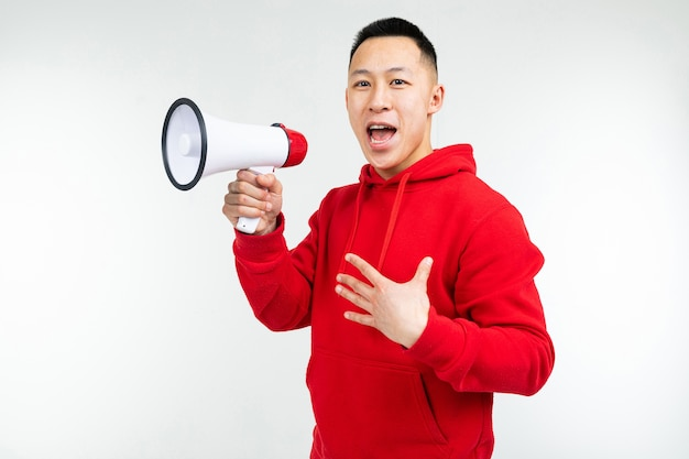 Porträt eines jungen mannes mit einem lautsprecher in den händen