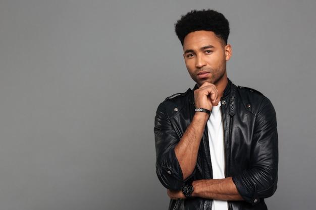 Porträt eines jungen nachdenklichen afroamerikanischen mannes