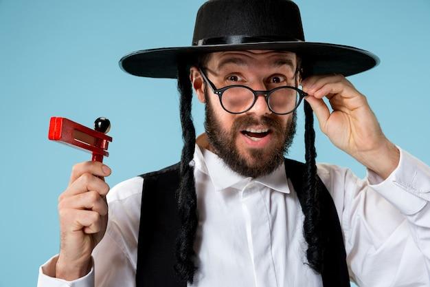 Porträt eines jungen orthodoxen hasdim jüdischen mannes mit